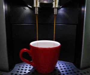 Espressovollautomat gibt Espresso aus - (Foto: Martin Goldmann)