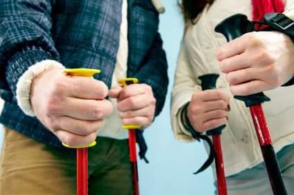 Skistöcke in den Händen von Skifahrern - (Foto: iStockphoto/mediaphotos)