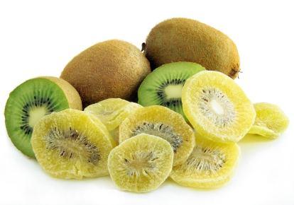 Kandierte Kiwi mit rohen Früchten dahinter