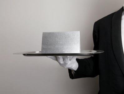 Eine formale Einladung, serviert auf einem Tablett - (Foto: iStockphoto/mattjeacock)