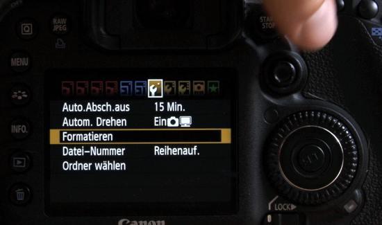 Rückseite der Canon EOS 7D beim Formatieren einer Speicherkarte - (Foto: Martin Goldmann)