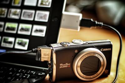 Eine an das iPad angeschlossene Digitalkamera - (Foto: Martin Goldmann)