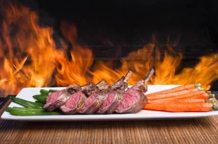 Gegrillte Karotten als Beilage zu Fleisch - (Foto: iStockphoto/grandriver)