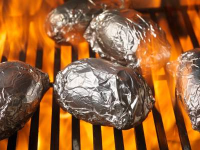 Kartoffeln in Alufolie auf dem Grill - (Foto: iStockphoto/Lauri Patterson)