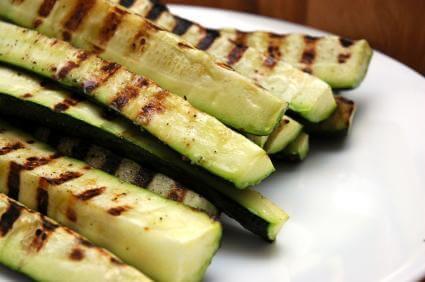 Zucchini geviertelt vom Grill