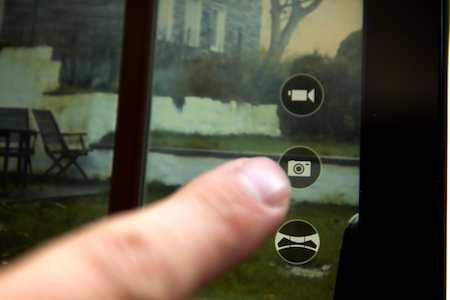 Die Auslöser-Schaltfläche nimmt Bilder auf - (Foto: Martin Goldmann)