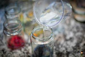 Wasser in die Gläser schütten - (Foto: Martin Goldmann)