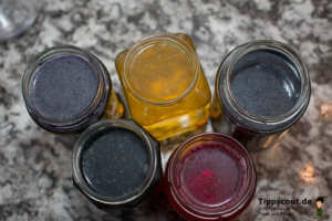 Eierfarben in den Gläsern - (Foto: Martin Goldmann)
