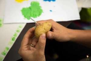 Kartoffel mit dem Messer in der Mitte durchschneiden