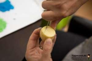 Kartoffel wird für den Kartoffeldruck eingeritzt