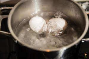 Eier kochen im Wasser