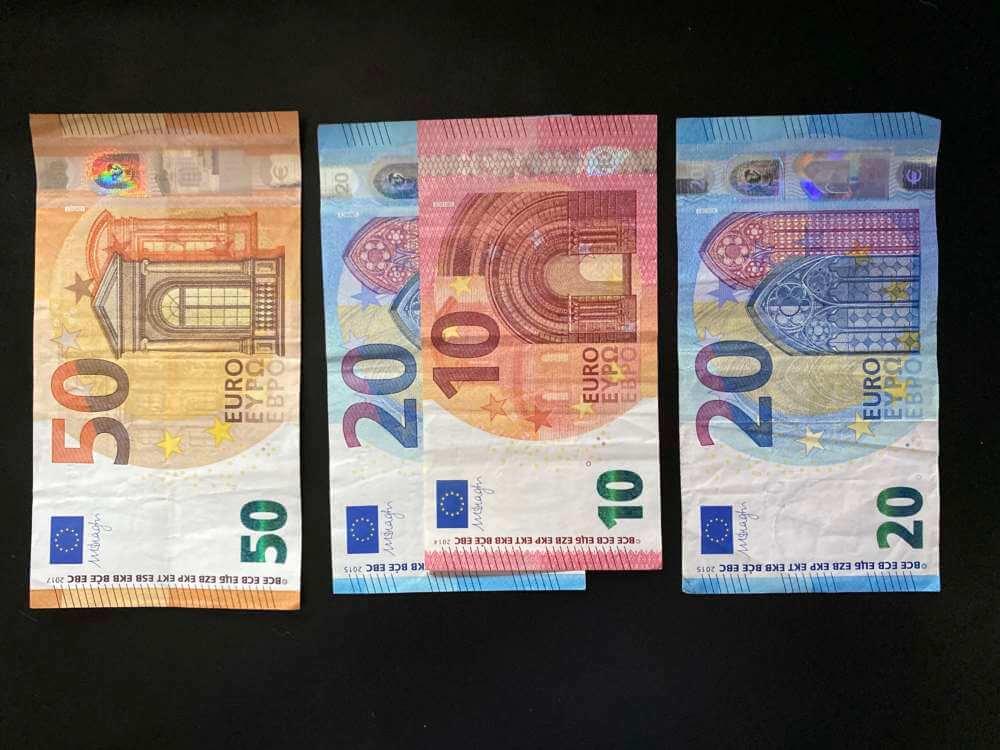 50-30-20 Regel mit Euroscheinen nachgebildet